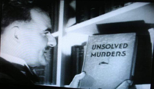 Book closeup and private library central to The Kennel Murder Case (1933)