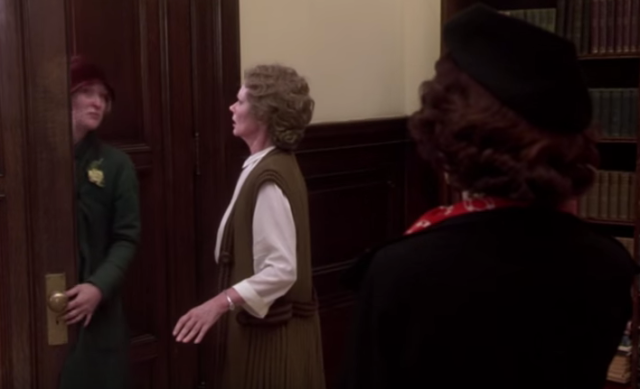 Helen leaves the library in Ironweed (1987)